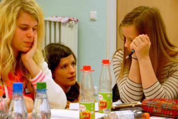 Angelique Otto, Dominique Macri und Nelly Herter (v.l.) beim Verfassen der ersten Texte. Foto: nh