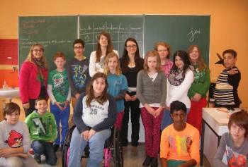 Laura Khiyachi mit den Sechstklässlern der Drei-Burgen-Schule. Foto: nh