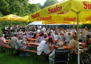 Die Egerländer Musikanten bei herrlichem Sommerwetter in 2012 im Melsunger Schlossgarten. Foto: nh