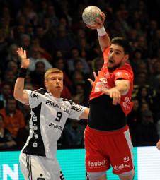 Nenad Vuckovic verletzte sich im letzten Spiel gegen Kiel (hier eine Szene mit G. V. Sigurdsson) so unglücklich am Ellenbogen, dass die Saison für den Kapitän wahrscheinlich gelaufen ist. Foto: Heinz Hartung
