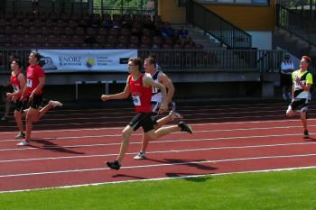 Einen knappen Einlauf gab es im 100m-Finale     von links  Henri Alter, Michael Hiob und Tobias Stang (alle im roten Trikot). Foto: Alwin J. Wagner