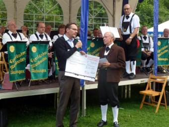 Ernst Thein (rechts) überreicht den symbolischen Spendenscheck an Melsungens Bürgermeister Markus Boucsein. Foto: nh