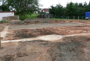 Das Fundament ist gegossen. Hier wird das neue Feuerwehrgerätehaus im Spitzenweg bald stehen. Foto: (pö)