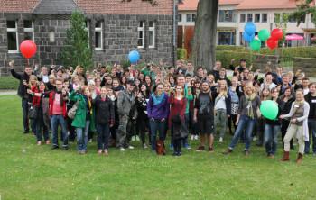 Das Zentrum für Freiwilligen-, Friedens- und Zivildienst (ZFFZ) der evangelischen Landeskirche von Kurhessen-Waldeck und die Hephata Diakonie haben am gestrigen Montag fast 100 Freiwilligendienstleistende mit einer zentralen Feier in der Hephata-Kirche begrüßt. Foto: nh