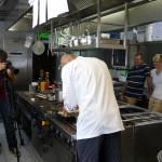 Thomas Raabe beim Belegen des Zwetschgenkuchens. Foto: nh