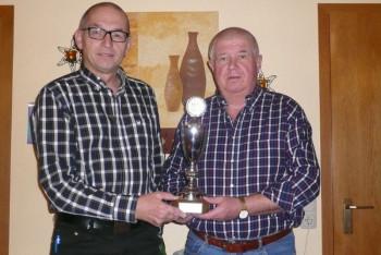 Heinz Itzenhäuser (rechts) gibt den Wanderpokal an Wilfried Lippert zurück. Foto: nh