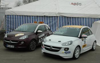 Neben dem Serienbruder (links) ein Fahrzeug aus dem ADAC-Opel-Rallye-Cup. Foto: nh