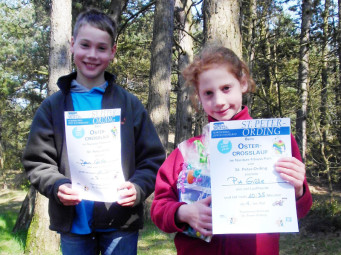 Nach der Siegerehrung die Geschwister Jan (Rang 7) und Pia Gille (Siegerin) mit ihren Urkunden. Foto: nh