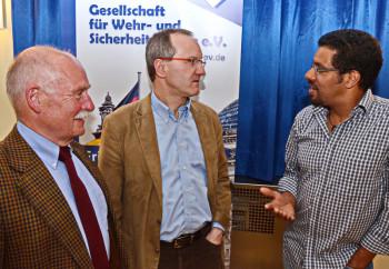 Diskussion nach der Veranstaltung: Oberst a.D. Hans-Joachim Feih (Gesellschaft für Wehr- und Sicherheitspolitik e.V (GfW), Vorsitzender Sektion Fritzlar, Prof. Dr. Gunther Hellmann, Johann Wolfgang Goethe-Universität, Frankfurt/Main (Referent), Oliver Rudolph (Gast). Foto: Reinhold Hocke