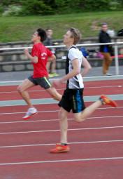 Christian Schulz kontrollierte im 400m-Lauf Marco Göbel aus Gudensberg und sicherte sich in 57,04 Sekunden den Titel. Foto: Alwin J. Wagner