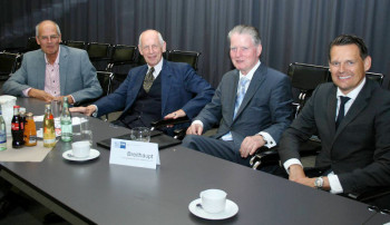 Gratulant mit den neuen Vorsitzenden: (v.l.) Reinhard Hübner (Hübner Gummi- und Kunststoff GmbH, Kassel) mit Prof. Dr. h.c. Ludwig Georg Braun (Aufsichtsratsvorsitzender der B. Braun Melsungen AG), Hans-Helmut Breithaupt (F. W. Breithaupt & Sohn GmbH & Co. KG, Kassel) und Dr. Constantin H.  Schmitt (Konvekta AG, Schwalmstadt). Foto: IHK/Nordlohne