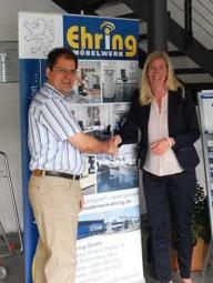 Ralf Ehring, Geschäftsführer und Inhaber der Ehring GmbH, mit Stefanie Richter vom Bundesverband mittelständische Wirtschaft. Foto: nh