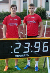 Dennis Horn (rechts) setzte sichin 23,96 Sekunden  knapp vor dem U18-Läufer Tim Hochschorner durch, der mit 24,06 Sekunden eine persönliche Bestzeit lief. Foto: Alwin J. Wagner