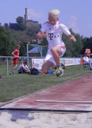 Wer fliegt denn da? Uns das direkt vor der Felsburg? Louis Freiboth landete mit einem tollen Sprung in der Weitsprunggrube des Felsburgstadions. Foto: nh