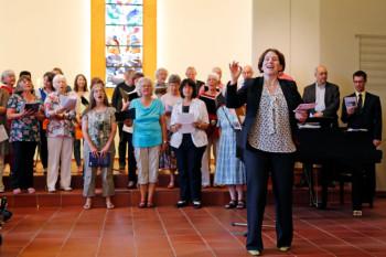 Hephata-Kantorin Dorothea Grebe mit den Sängerinnen und Sängern der Hephata-Kantorei. Foto: nh