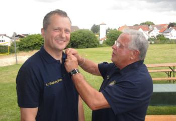 Bernd Pfeiffer (re.) übergibt die Präsidentennadel an Michael Sack (li.). Foto: Gert Wenderoth