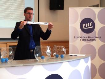 Zum ersten Mal in der Geschichte des Vereins wird die MT Melsungen als Teilnehmer eines europäischen Pokalwettbewerbs aus dem Lostopf gezogen. Hier in Wien durch Markus Glaser, Senior Manager EHF-Competitions. Foto: nh