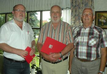 SPD-Geschäftsführer Hans Griese (li.) überreicht Ralf Röse die Ehrenurkunde und Ehrennadel für 40-jährige Mitgliedschaft im Beisein von Vorstandsmitglied Dieter Bott. Foto: nh
