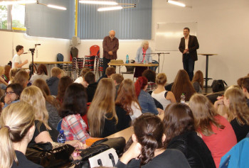 Bernd Lindenthal (Initiator des Zeitzeugengesprächs), Miriam Honig (Zeitzeugin) undFrank Siesenop (Schulleiter Schwalmgymnasium) (v.l.) vor den Schülern. Foto: nh