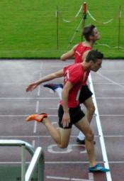 Einen knappen Zieleinlauf gab es über 100 Meter der U20.   Mit 11,94 zu 11,96 Sekunden setzte sich Dennis Horn knapp vor Tim Hochschorner durch. Foto: Alwin J. Wagner