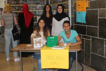 Schülerinnen und Schüler verkaufen USB-Sticks mit dem Design der Drei-Burgen-Schule. Vorne Gizem Bilgin und Abdullah Gathan, hinten Yesim Eken und Elif Karaman. Foto: nh