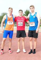 Obwohl Henri Alter (Mitte) der kleinste Athlet war,  bezwang er Malte Eilers (links) und 70m-Speerwerfer Norman Plischke aus Haldersleben. Foto: Alwin J. Wagner