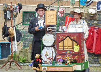 Walther und Annemie Günther aus Lauterbach  machen Musik zu Gunsten des Kinderhospiz Bärenherz. Foto: Reinhold Hocke