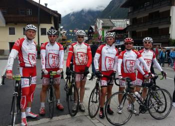 Das MT-Radsportteam gut gelaunt vor dem Start auf die 238-km-Runde: Ulrich Bachmann, Detlef Riehl, Timo Zarth, Wolfram Bick, Dieter Vaupel und Steffen Stibale. Foto: nh
