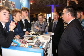 Max Bergmann, Silvio Nießner, Paul Hubweber, Denis Martens und Dr. Carsten Obach (KHS) mit Dr. Dirk Hoheisel, Geschäftsführer der Robert Bosch GmbH. Foto: nh