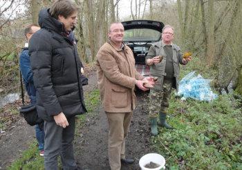 Dr. Nico Ritz und die Vereinsvertreter beim Begutachten der Teichmuscheln. Foto: Gert Wenderoth
