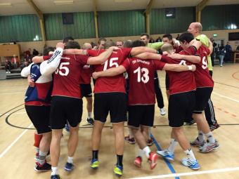 Jubelkreis: Die gesamte Mannschaft feiert den ersten Sieg. Foto: nh