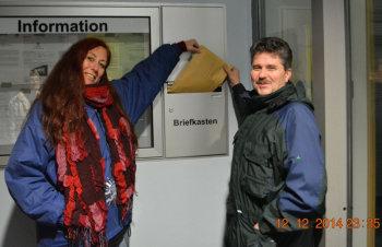 Regina Rohmann und Horst Sandmüller von der Bürgerinitiative Chattengau gegen Massentierhaltung werfen 25 Minuten vor Mitternacht und Ablauf der Frist die erforderlichen Namens- und Unterschriftenlisten für einen Bürgerentscheid in den Rathausbriefkasten. Foto: nh