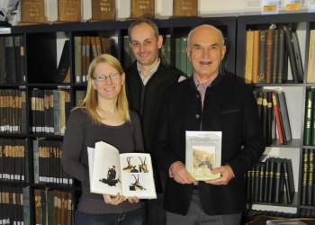 Der frischgebackene Autor Walter Olbrich, Verleger Heiko Schwartz und Lektorin Benia Hüne (v.l.) freuen sich über das gerade erschienen Buch. Foto: Katharina Vollmer