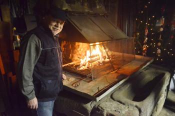 Hauptorganisator und Gastgeber der Schmiedeweihnacht Oskar Apel an der Esse. Foto: Reinhold Hocke