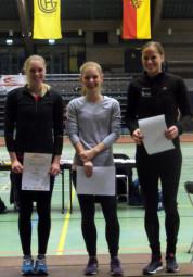 Siegerehrung für den 400m-Lauf der Frauen:  von  links:  die Überraschungsdritte Karolin Siebert,  Jessica Hesse und die Siegerin Christiane Klopsch. Foto: nh