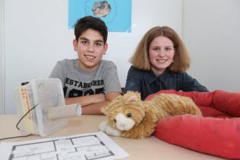 Mel Tabare Rad und Lea Snyder mit ihrer Katzenschreckanlage. Foto: nh