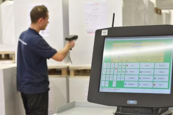 Bereits 2013 eingeführt: Über Scanner wird jedes Produkt in seinen unterschiedlichen Verarbeitungszuständen erfasst. Dies ermöglicht immer einen genauen Überblick über Fortschritt und Position der Ware. Foto: nh