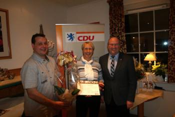 Alexander Erler (CDU-Vorsitzender Oberaula), die JubilarEllen Groß und Jürgen Lepper (Mitglied des CDU-Kreisvorstandes) (v.l.). Foto: nh