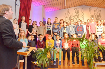 Begrüßungslied (Text Jörg Müller) der Integrierten Gesamtschule Guxhagen, vorgetragen durch den Jahrgang 6  unter Leitung von Marcus Noll. Foto: Reinhold Hocke