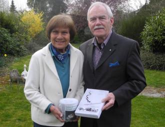 Das Ehepaar Gömpel sammelte 522 Euro auf Ihrer Lesereise für den Erhalt der Wallfahrtskirche in Quinau. Foto: Wolfgang Scholz