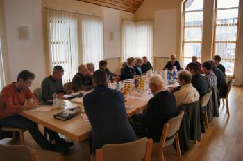 Die Mitglieder des Stadtverbandes bei der konstruktiven Erörterung der Sachthemen im Schwarzenberger evangelischen Gemeindehaus. Foto: nh