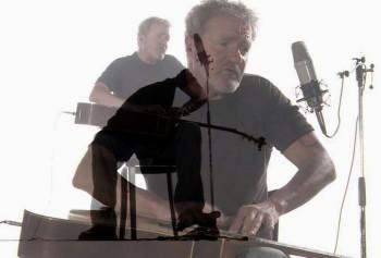 Dieter Bornschlegel, ein Urgestein des Krautrocks der 70er Jahre, spielt jetzt auf der Akusstikgitarre in ungewöhnlicher Weise. Foto: nh