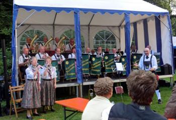 Die Egerländer Musikanten Melsungen mit Gesangspaar Heidi & Waltraut beim Verzauberten Schlossgarten 2014 in Melsungen. Foto: nh