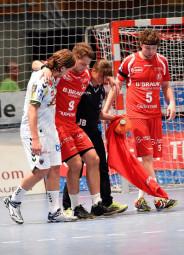 Spielmacher Patrik Fahlgren wird beim Spiel gegen die Berliner Füchse verletzt vom Feld geführt. Foto: Hartung