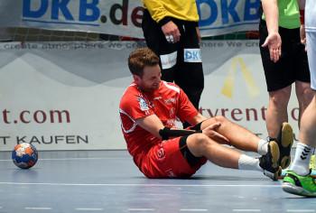 Spielmacher Patrik Fahlgren verletzt sich beim Spiel gegen die Berliner Füchse. Foto: Hartung