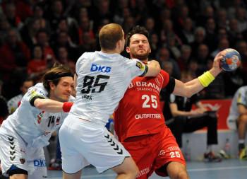 Michael Müller traf zum 17:11 sogar durch die Beine des Nationaltorhüters . Foto: Hartung