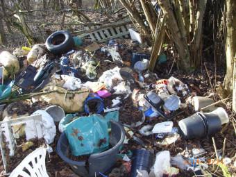 Müll auf dem Verbindungsweg zwischen Treysa und Dittershausen. Foto: nh