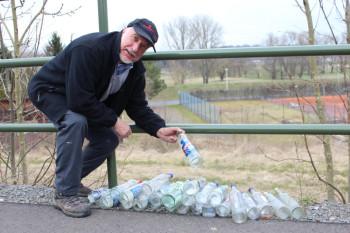 Gerhard Hosemann, 1.Vorsitzender des Knüllgebirgsvereins mit den augesammelten leeren Wodkaflaschen. Foto: nh