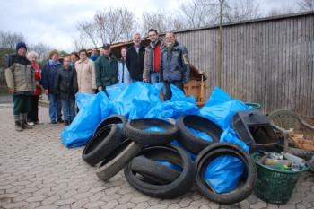 """Die fleißigen """"Müllsammler"""" von Knüllgebirgsverein und Citymanagement. Foto: nh"""