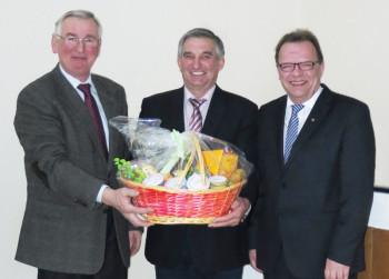 Reiner Kehl (mitte) erhält für seine langjährige ehrenamtliche Tätigkeit einen Präsentkorb von Kreislandwirt Adolf Lux (links) und Erstem Kreisbeigeordneten Winfried Becker. Foto: nh